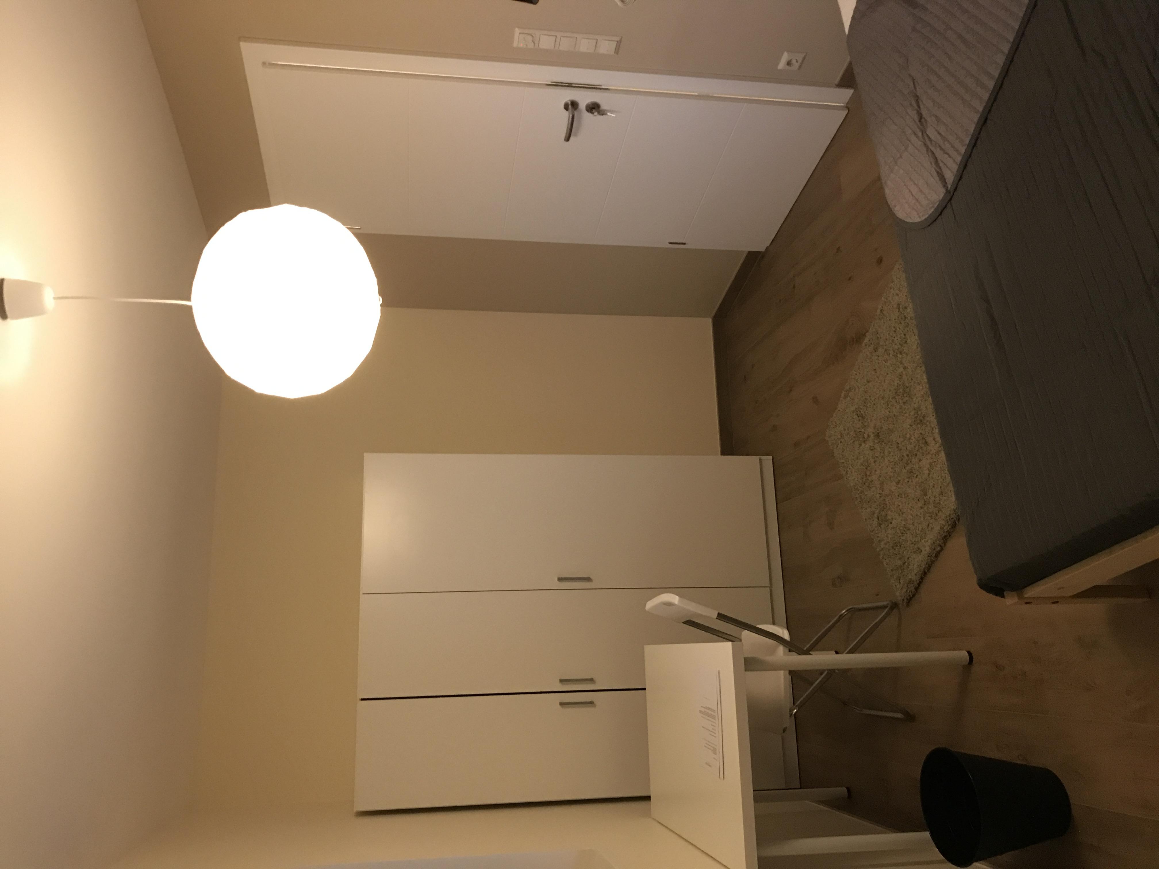 chambre en bazar chez ikea rangements et gain de place sont des priorits ici cadre de astuces. Black Bedroom Furniture Sets. Home Design Ideas